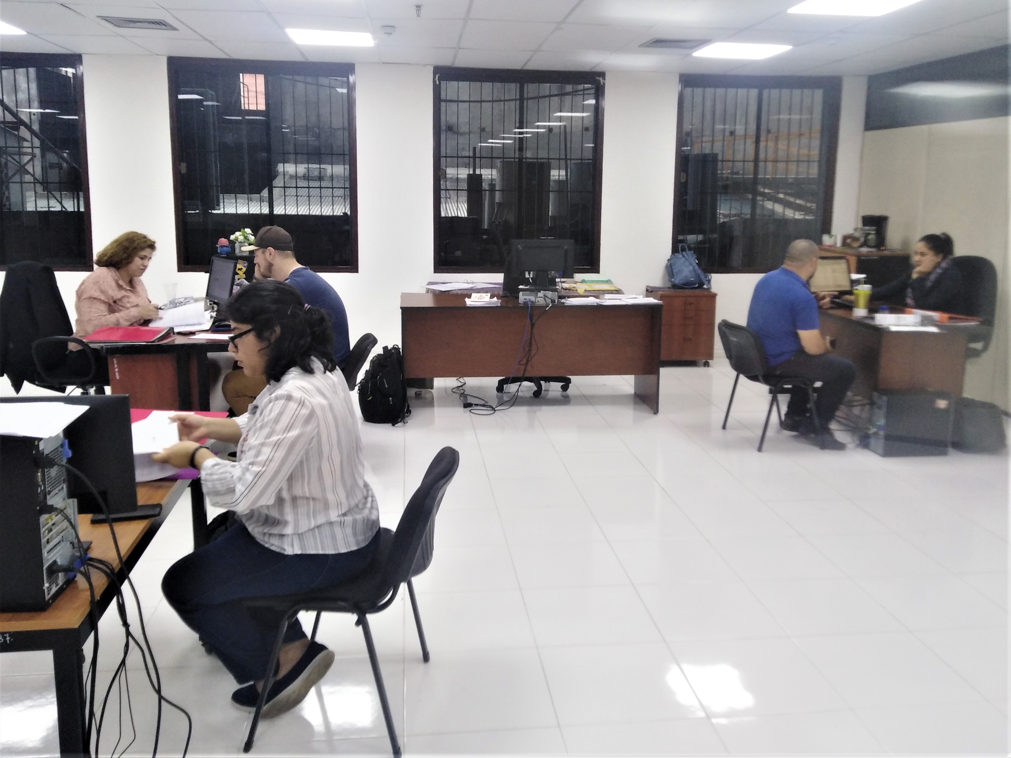 Becarios firman sus contratos de beca en la oficina del Programa BECAL